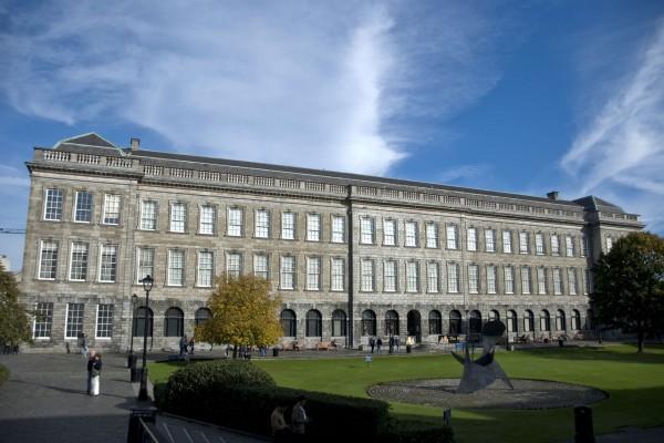 Z zewnątrz Trinity College Library wygląda niepozornie (fot. Patrick Theiner)