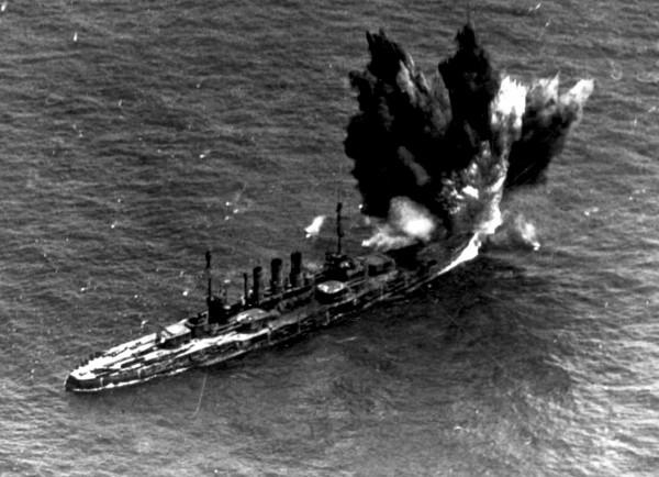 Ex-niemiecki pancernik Ostfriesland trafiony bombą lotniczą