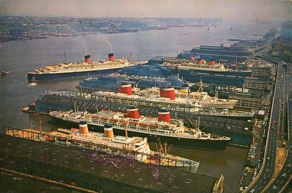 Queen Elizabeth w Nowym Jorku wraz z licznymi innymi liniowcami
