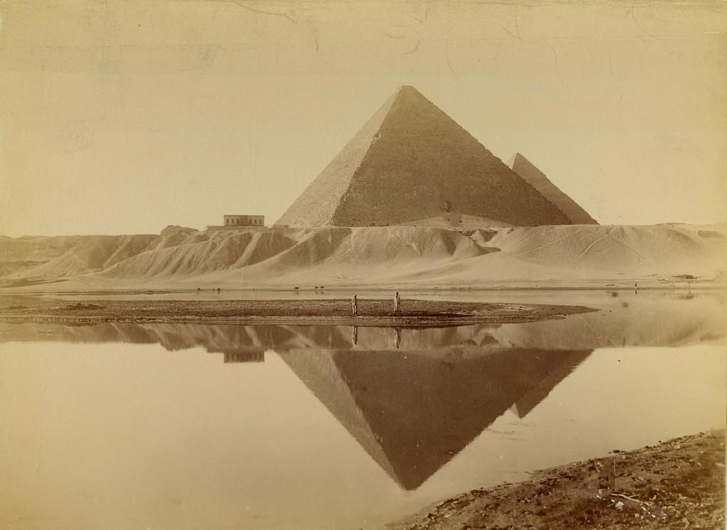 Świetna fotografia przedstawiająca Piramidy w Gizie zrobiona gdzieś między 1860 a 1880 rokiem.