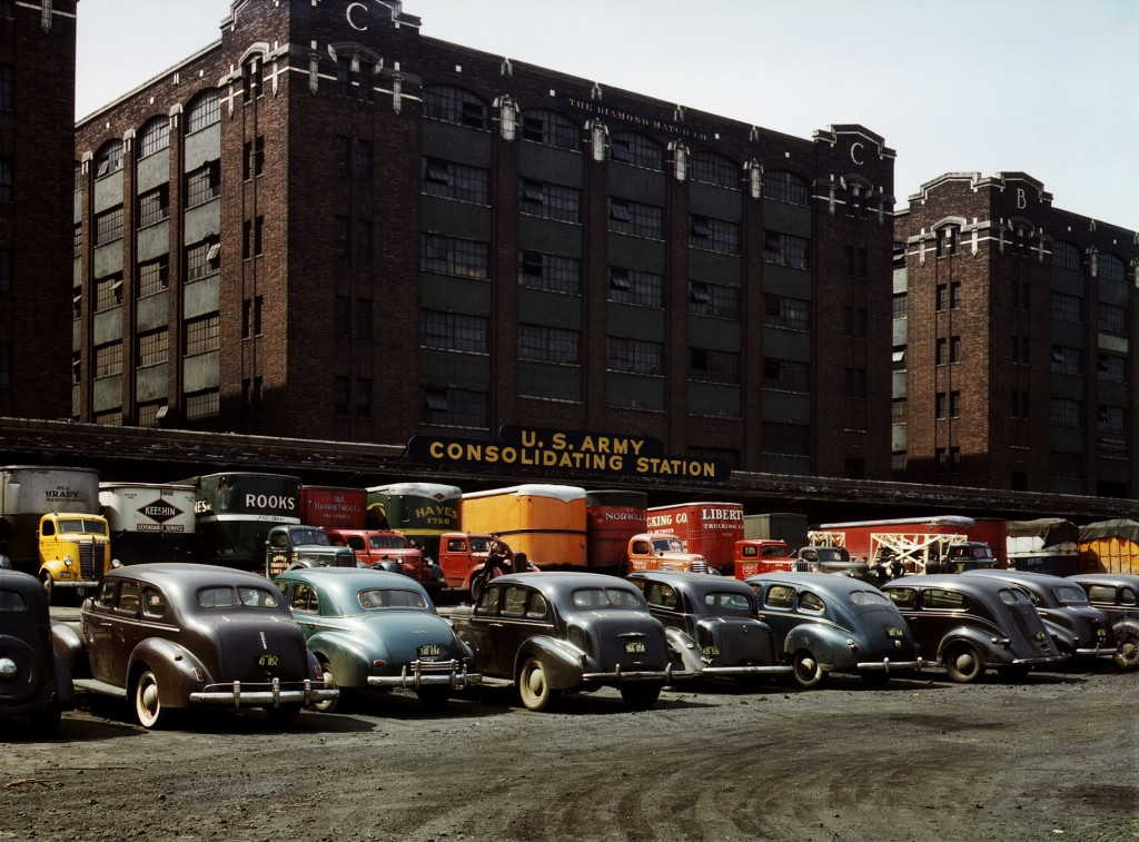 Skład U.S. Army consolidating station w Chicago w stanie Illinois w kwietniu 1943 roku. (fot. Jack Delano)