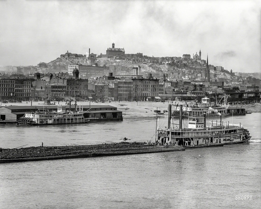 Parowiec Iron Sides na rzece Ohio przepływający przez Cincinnati - 1907 rok (fot. Shorpy Archive)