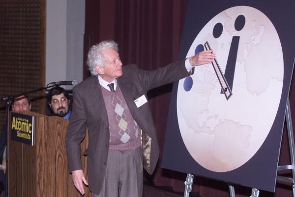Zmiana ustawień zegara w 2002 roku. Przeprowadził ją Leon M. Lederman (fot. Tim Boyle)