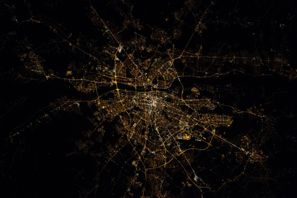 Warszawa nocą - 8 października 2015 - zdjęcie wykonane aparatem Nikon D4 z pokładu stacji ISS