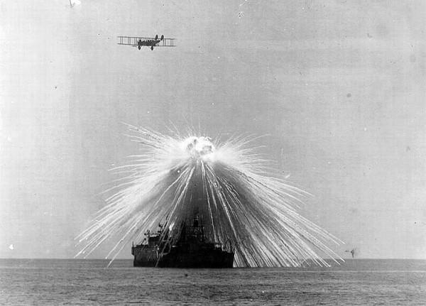 Pancernik USS Alabama zaatakowany bombami fosforowymi