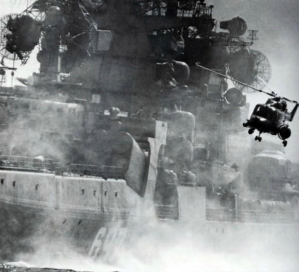 Brytyjski śmigłowiec Westland Lynx na tle radzieckiego krążownika typu Kresta II (fot. nieznany)