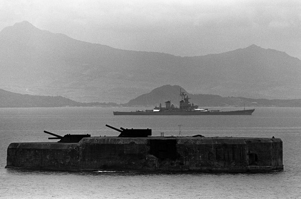 Fort Drum w 1983 roku (w tle pancernik USS New Jersey