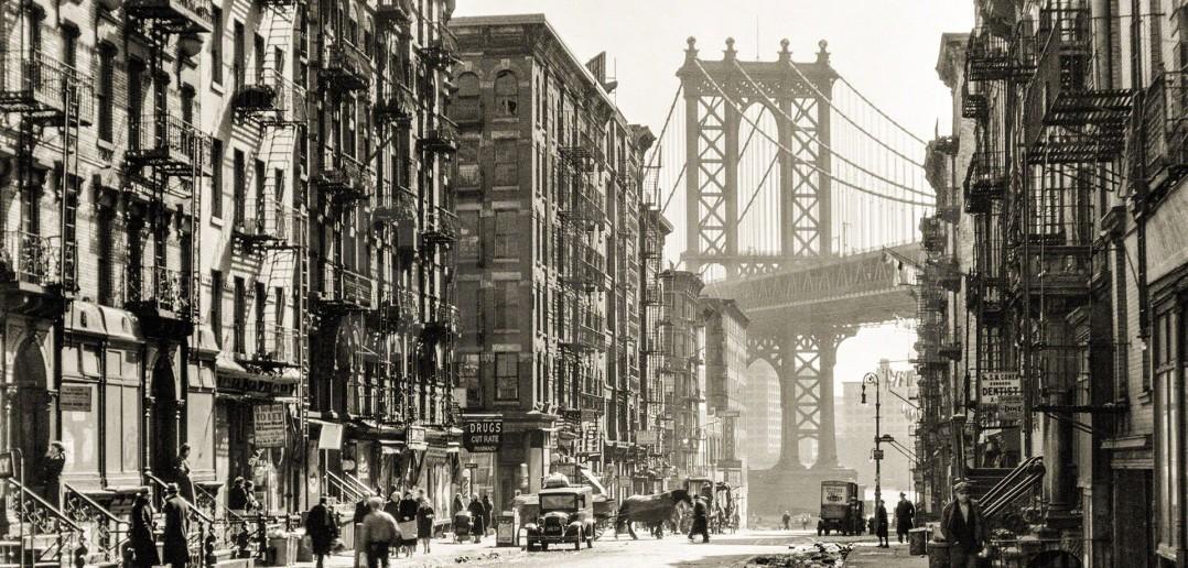Pike Street na Manhattanie w Nowym Jorku i widok na Manhattan Bridge (fot. Berenice Abbott/Shorpy Archive)