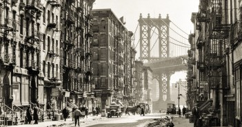 Pike Street na Manhattanie w Nowym Jorku i widok na Manhattan Bridge (fot. Berenice Abbott/Shorpy Archive)