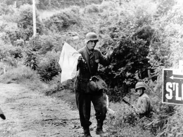 Niemiecki żołnierz poddający się amerykanom w trakcie walk o St Lo - 18 lipca 1944 roku (fot. stolly.org.uk)