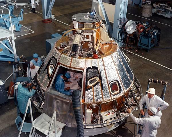 Moduł dowodzenia CM 012 z misji Apollo 1 podczas budowy
