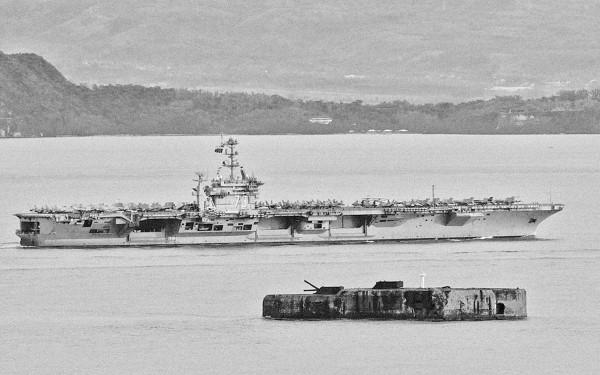 Fort Drum w latach 90-tych - w tle lotniskowiec USS George Washington