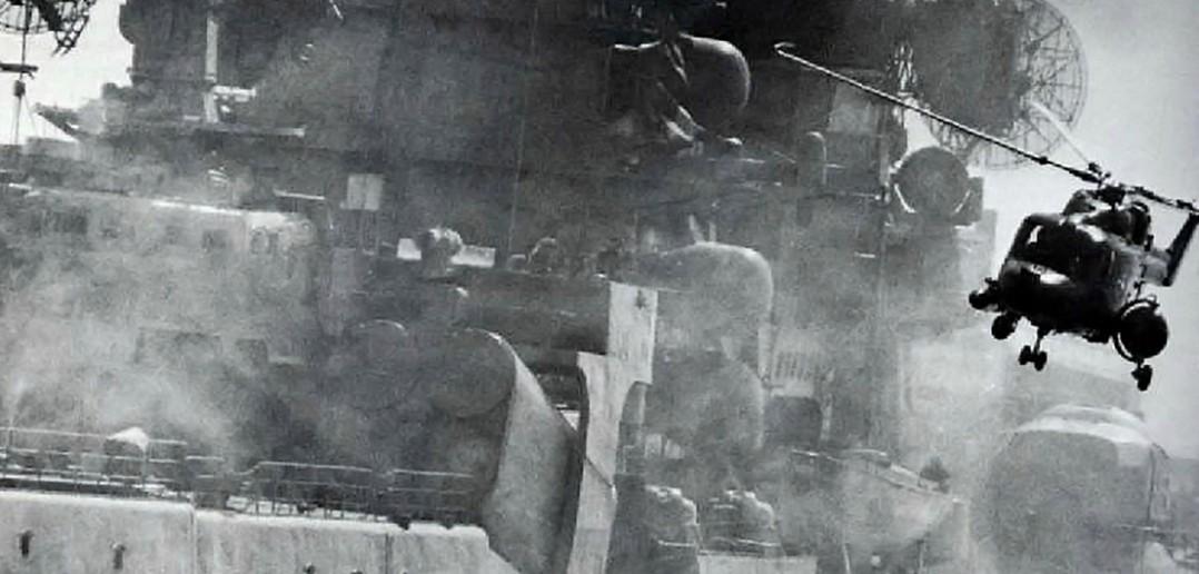 Brytyjski śmigłowiec i radziecki krążownik - zdjęcie