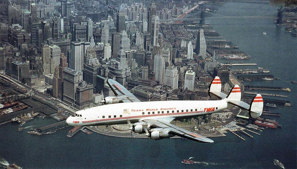 Należący do linii TWA Lockheed Constellation lecący nad Manhattanem w Nowym Jorku w 1953 roku