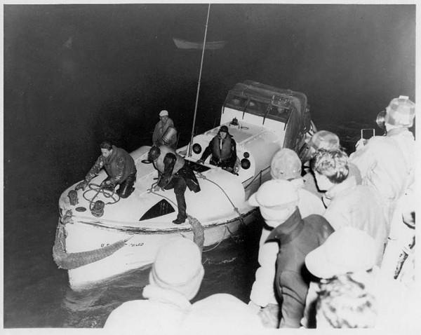 Uratowani marynarze z Pendletona wychodzą na brzeg