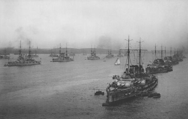 Fotografia przedstawia niemiecką Hochseeflotte prawdopodobnie w 1914 roku w Kilonii. Na zdjęciu uwieczniono prawdopodobnie następujące okręty: SMS Ostfriesland, SMS Helgoland, SMS Thüringen, SMS Oldenburg, SMS Posen, SMS Nassau, SMS Westfalen, SMS Rheinland oraz SMS Preußen, SMS Schlesien, SMS Hessen, SMS Lothringen, Flaggschiff SMS Hannover, SMS Schleswig-Holstein, SMS Pommern, SMS Deutschland a także kilka mniejszych jednostek (fot. nieznany)