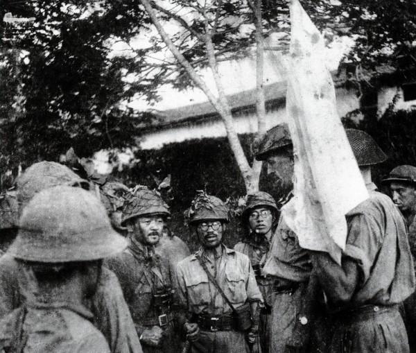 Brytyjscy żołnierze poddający się oddziałom japońskim w Singapurze - 15 luty 1942 roku (fot. military-history.org)