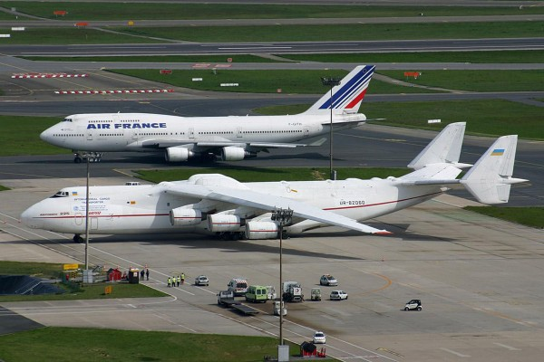 An-225 Mrija obok Boeinga 747
