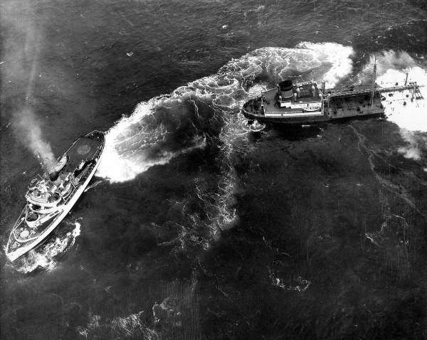 USCGC Eastwind manewrujący przy rufie tankowca Fort Mercer 19 lutego 1952 roku