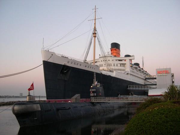 Queen Mary i okręt podwodny B-427 typu Foxtrot - współcześnie (fot. Sfoskett/Wikimedia Commons)