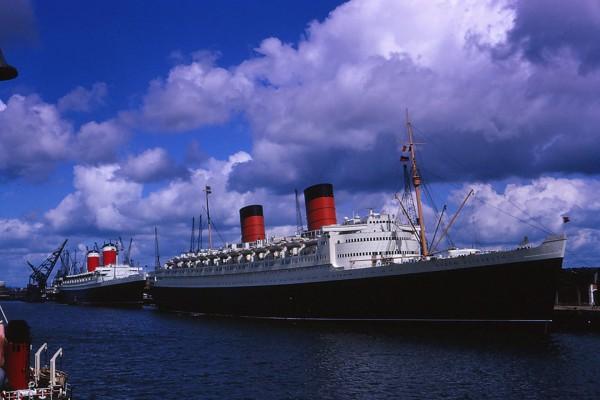 Queen Elizabeth a w tle za nią United States, który odebrał Błękitną Wstęgę Queen Mary