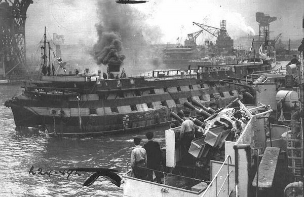 HMS Implacable w drodze na pełne morze gdzie został zatopiony