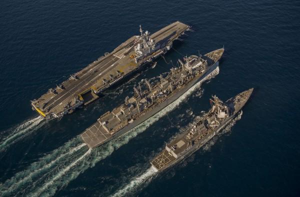 Zatoka Omańska - 29 grudnia 2013 roku - amerykański niszczyciel rakietowy USS Bulkeley oraz francuski lotniskowiec Charles de Gaulle pobierają zaopatrzenie z okrętu USNS Arctic (fot. Frederic Duplouich)