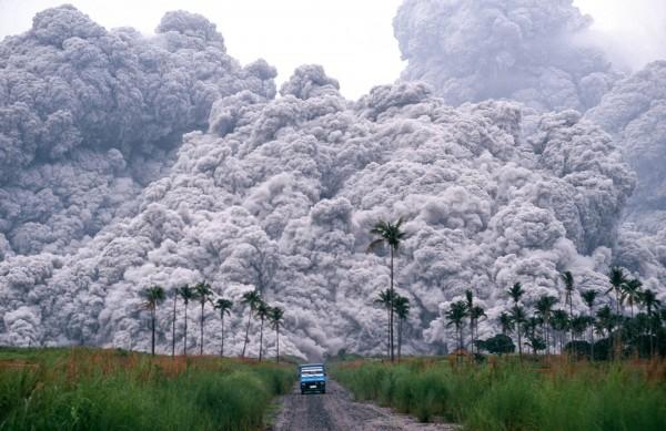 Samochód uciekający przed falą pyłu po erupcji wulkanu Pinatubo w czerwcu 1991 roku (fot. Alberto Garcia)