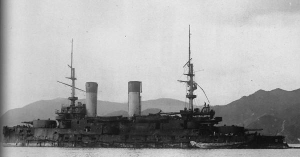 Rosyjski pre-dreadnought Orjel (pol. Orzeł) po bitwie pod Cuszimą i przejęciu przez Japończyków. Był to jeden z 5 pancerników typu Borodino. Zwodowano go 8 lipca 1902 roku i wprowadzono do służby w październiku 1904 roku. Okręt miał 121 m długości i wyporność 14 200 ton. Uzbrojenie składało się z 4 dział kalibru 304 mm, 12 kalibru 152 mm, 20 kalibru 75 mm i 20 kalibru 47 mm. Ze służby wycofano go w 1922 roku.