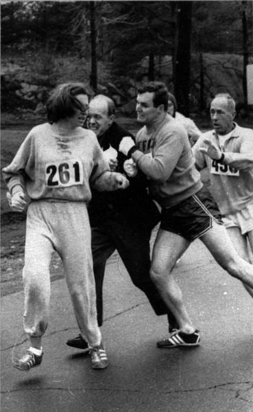 Kathrine Switzer zmagająca się z Jockiem Semple, który próbuje przerwać jej bieg