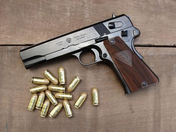 Współczesna replika pistoletu wz. 1935 Vis na amunicję .45 cala