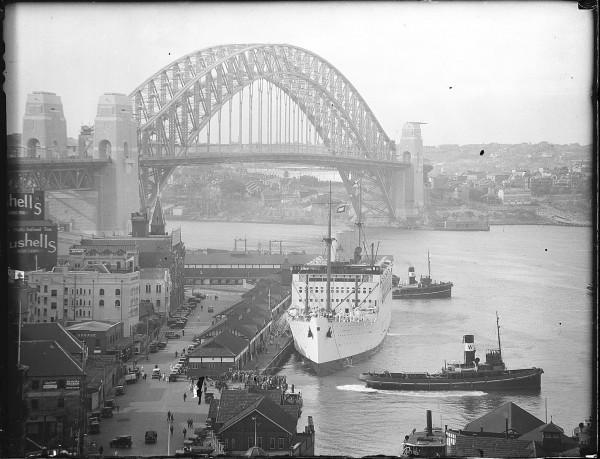 Nabrzeże przy Harbour Bridge w Sydney. Statek na pierwszym planie to RMS Strathnaver. Zdjęcie wykonano prawdopodobnie 11 marca 1932 roku około godziny 16.00.