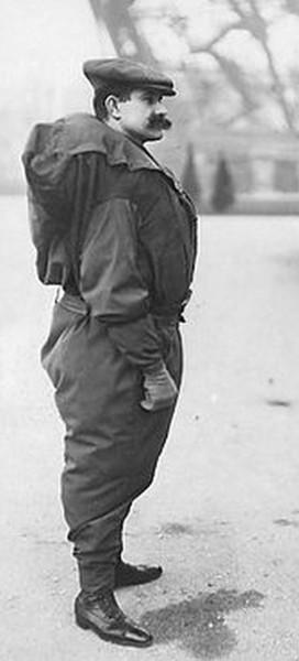 Franz Reichelt w swoim płaszczo-spadochronie