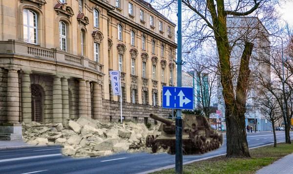 Aleja Niepodległości 8 - budynek Dyrekcji Kolei i wrak radzieckiego działa pancernego ISU-152 (fot. Piotr Oźima/Pomost)