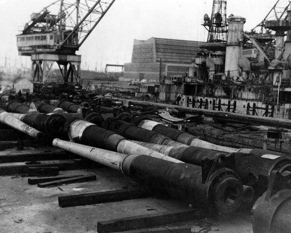 Lufy artylerii głównej pancernika USS South Carolina w trakcie złomowania