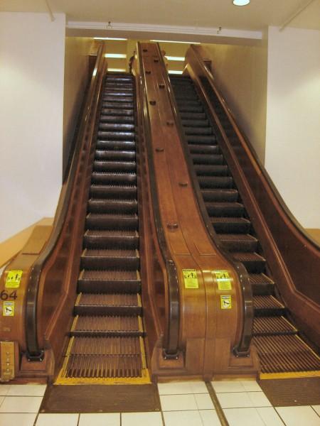 Stare schody ruchome w jednym z domów towarowych w Nowym Jorku (fot. PlusMinus/Wikimedia Commons)
