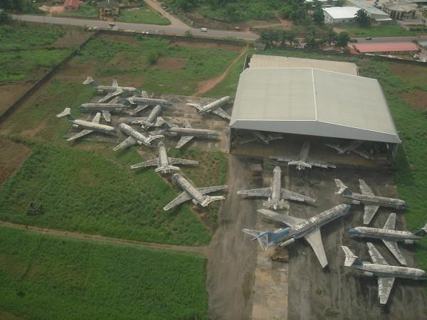 Wraki samolotów na lotnisku w Benin w Nigerii, widać 17 maszyn BAC-111 i jednego Boeinga 727 - zdjęcie z 6 kwietnia 2005 roku (fot. Kenneth Iwelumo)