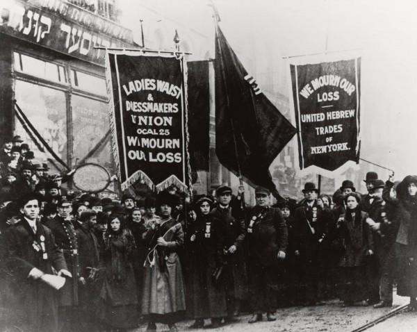 Marsz po pożarze w fabryce Triangle Shirtwaist Factory zorganizowany 25 marca 1911 roku. Pożar doprowadził do śmierci 146 osób, głównie kobiet pracujących w bardzo ciężkich warunkach