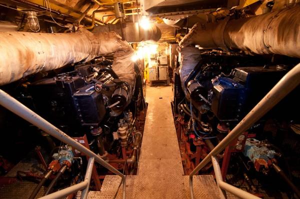 Maszynownia Sea Shadow w trakcie rozbiórki (fot. Eric Mulligan)
