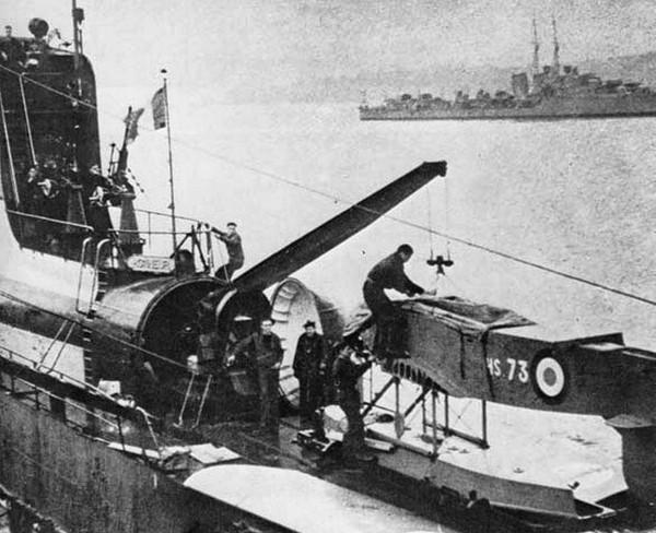 Besson MB.411 w trakcie montażu na pokładzie Surcouf