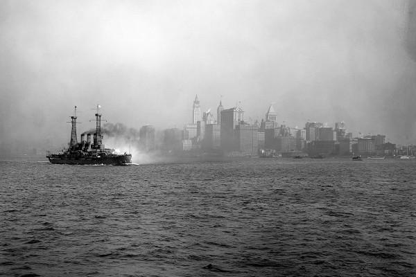 USS Connecticut wypływający z Nowego Jorku