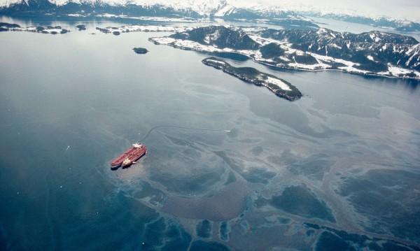 Exxon Valdez w trakcie wypompowywania ropy po katastrofie