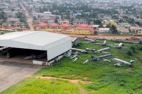 Wraki samolotów na lotnisku w Benin w Nigerii - zdjęcie z 15 maja 2010 roku (fot. Kenneth Iwelumo)