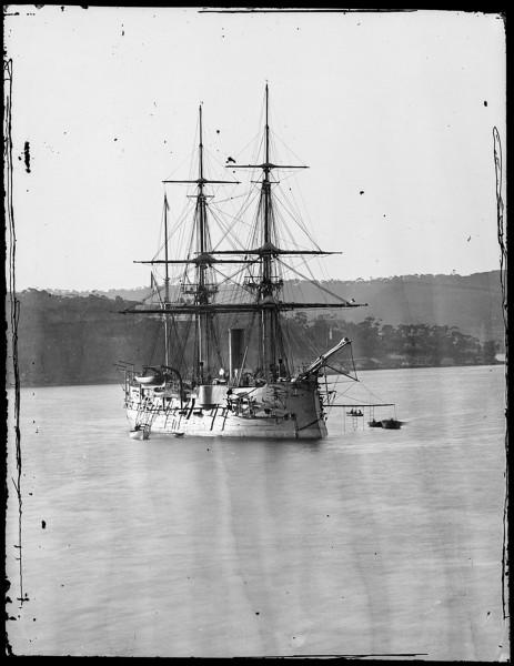 Francuska korweta pancerna Atalante wpływająca do doku Fitzroy Dock w Sydney w sierpniu 1873 roku (fot. Henry Merlin Beaufoy/State Library NSW)