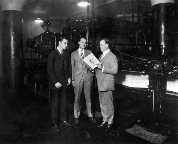 Briton Hadden (po lewej), Henry Luce (w środku) i polityk William R. Hopkins w drukarni w 1925 roku