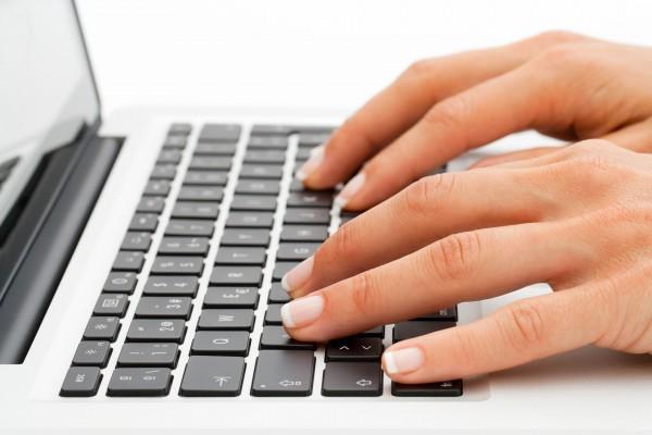 Wypustki na klawisz F i J na klawiaturze pomagają w odpowiednim ułożeniu dłoni aby szybko pisać bez patrzenia na klawiaturę