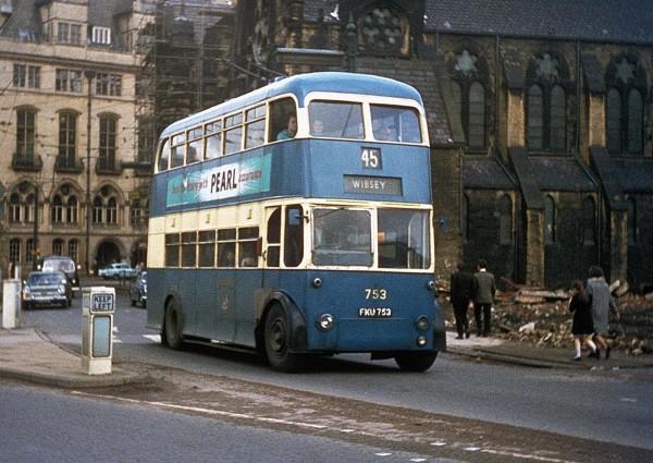 Jeden z ostatnich trolejbusów na ulicach Bradford - zdjęcie wykonano w latach 60. (fot. David Busfeld/Flickr.com)
