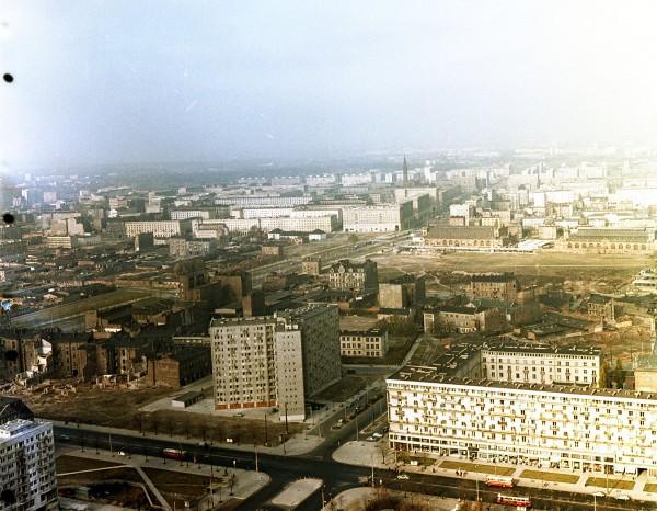 Ulica Twarda z pozostałościami przedwojennej zabudowy (fot. Naga Gyula/fortepan.hu)