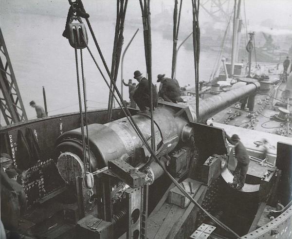 Montaż armat kalibru 305 mm w wieży USS Connecticut