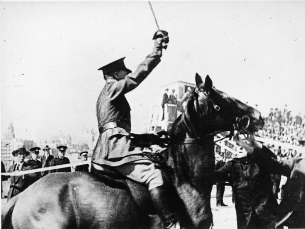 Moment w którym Francis de Groot przecina wstęgę w trakcie ceremonii otwarcia Sydney Harbour Bridge